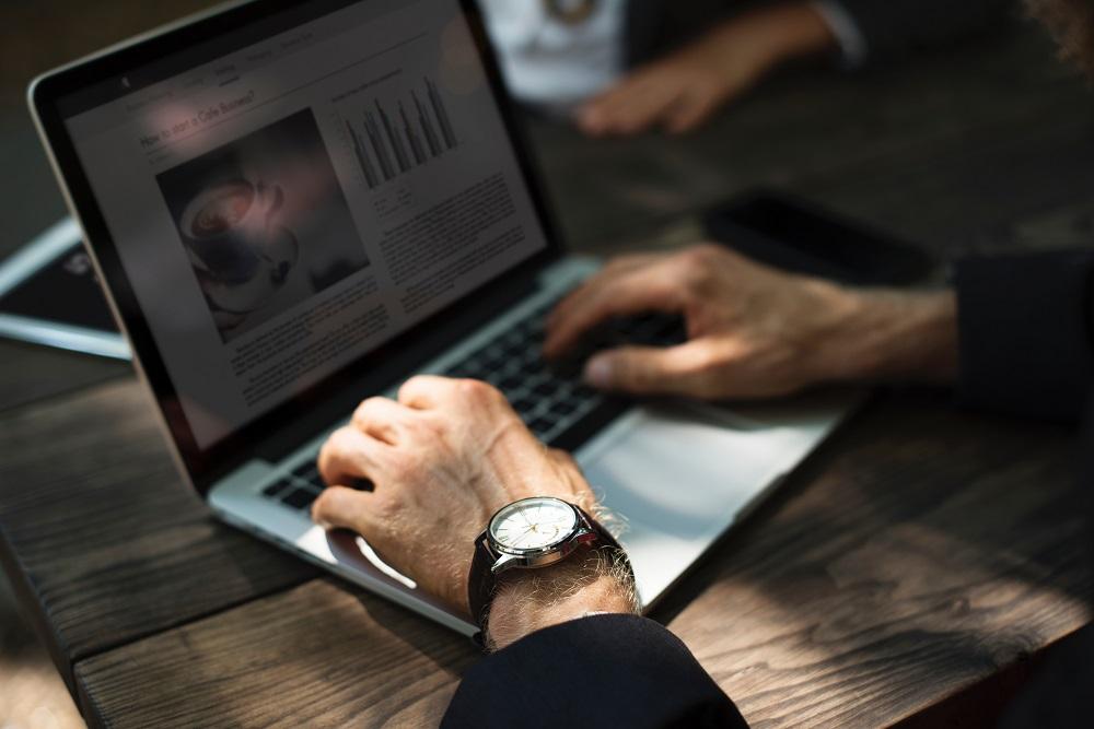 copywriter pisze na laptopie, tworzy strony internetowe, domeny