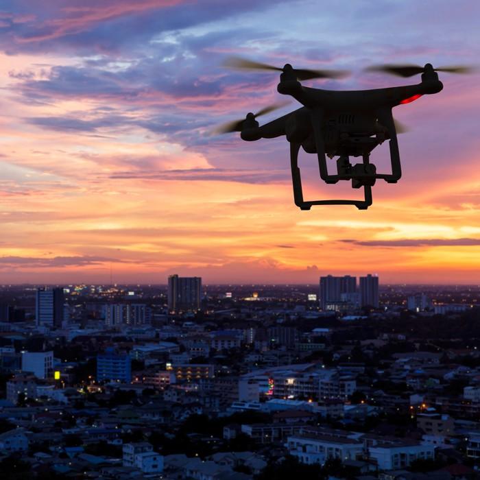 dron na niebie