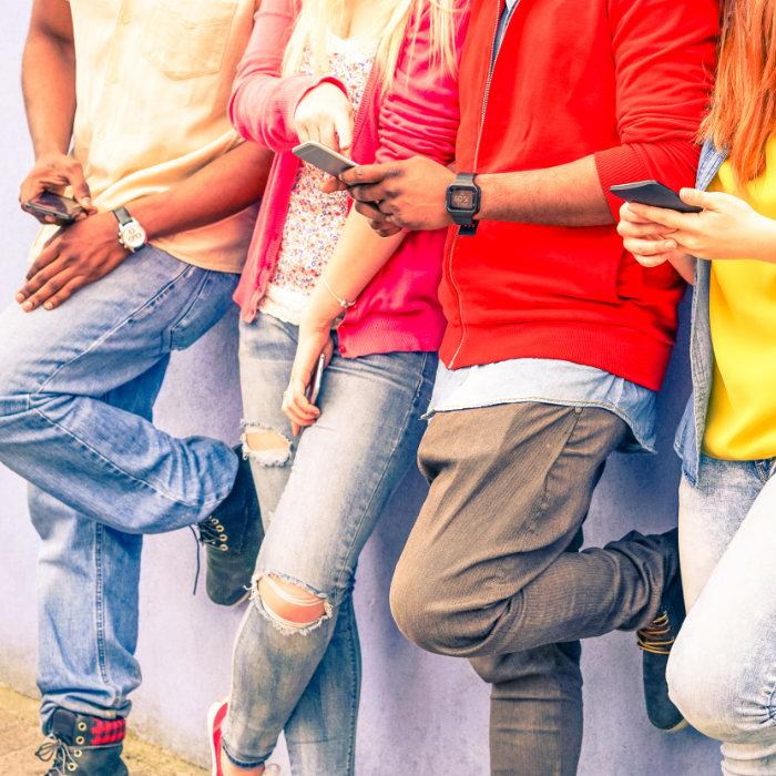 młodzi ludzie w social media