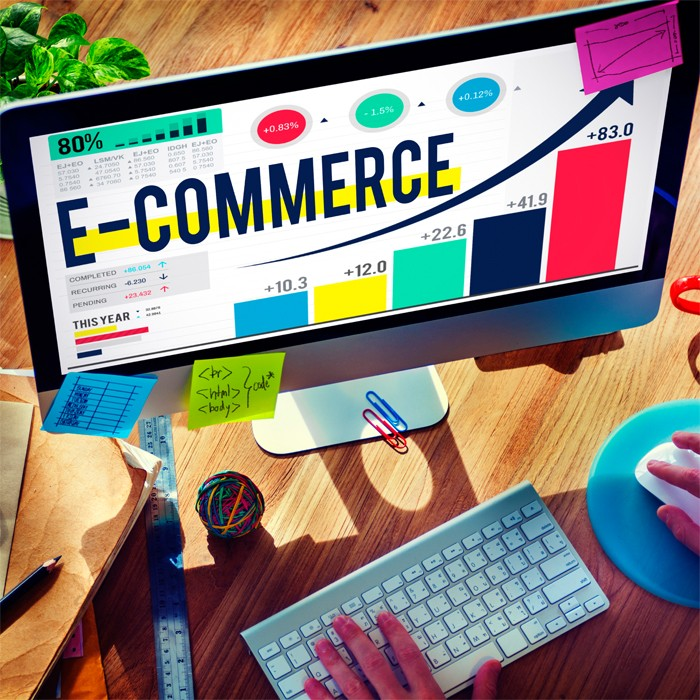 monitor z napisem e-commerce