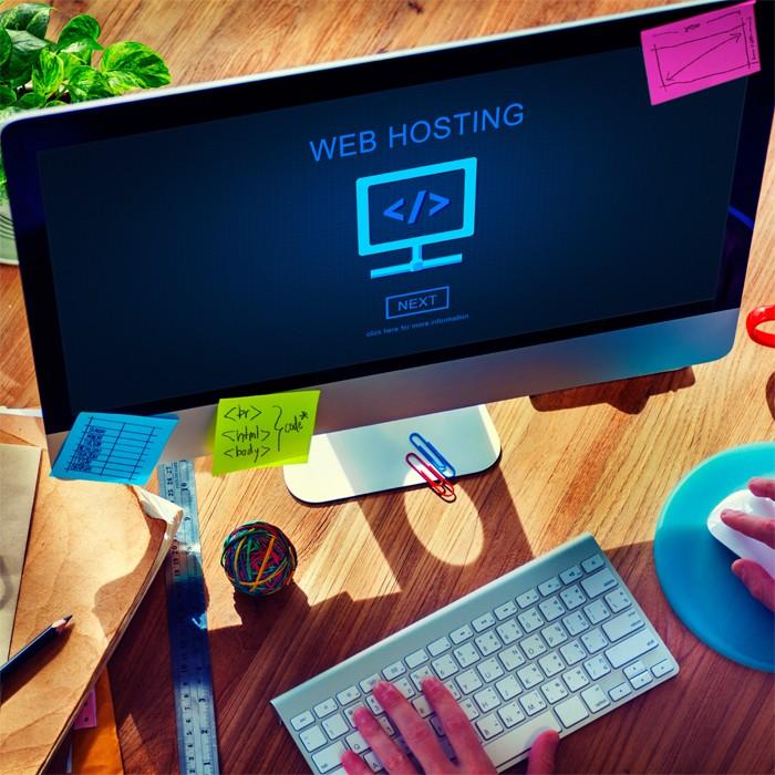 monitor z napisem web-hosting