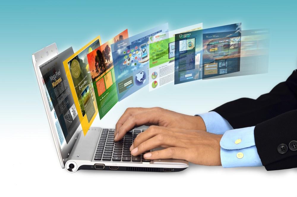 laptop na stronie i strony www które otwiera