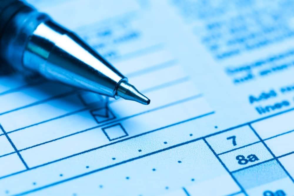 formularz podatkowy i długopis na nim