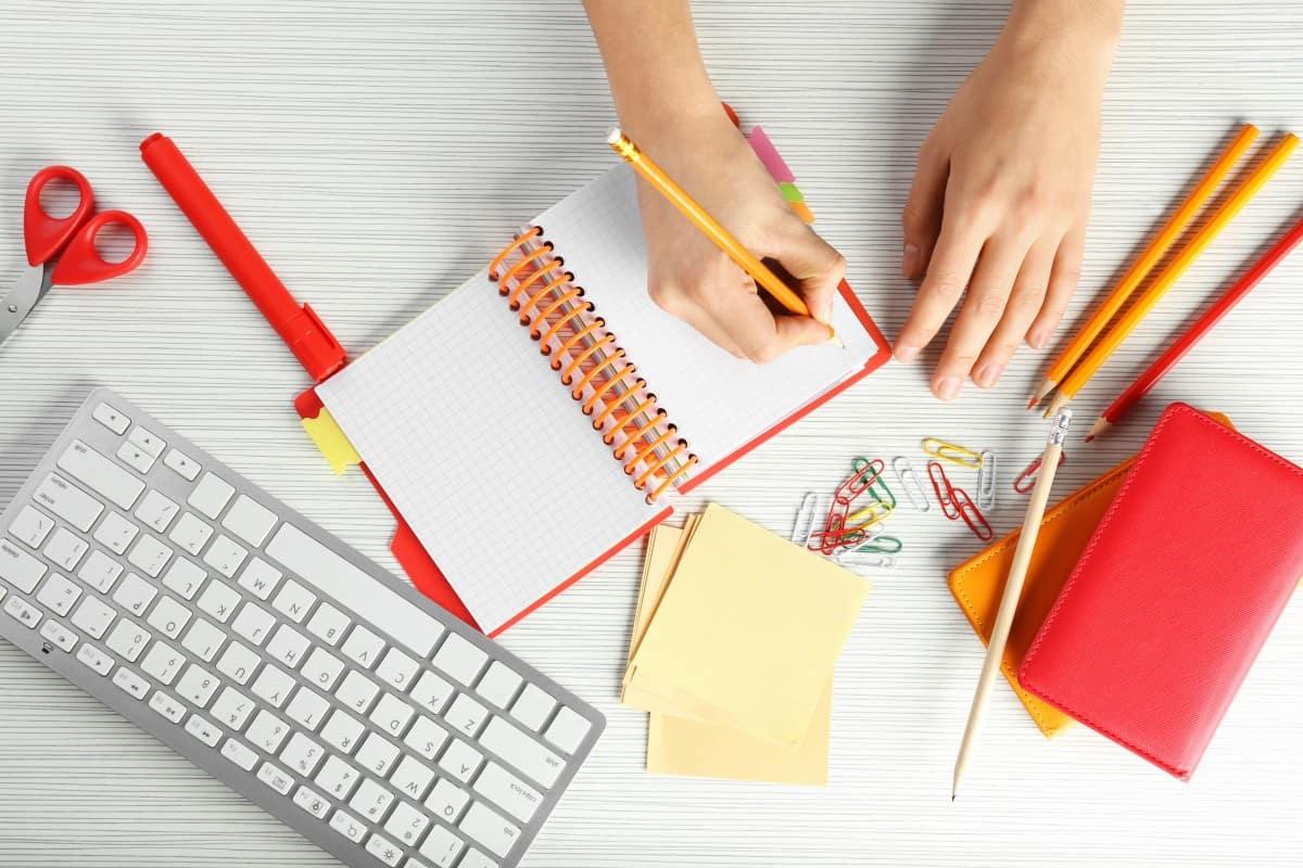 pisanie w notatniku obok klawiatury