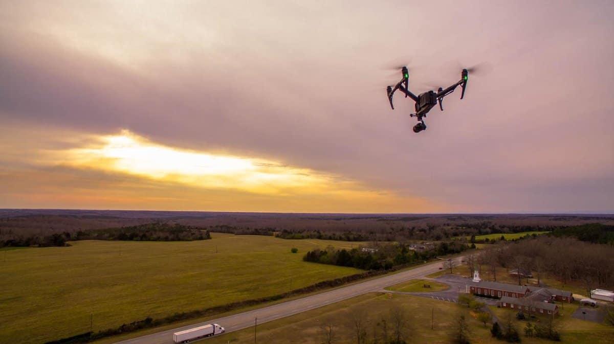 dron w powietrzu nad polem